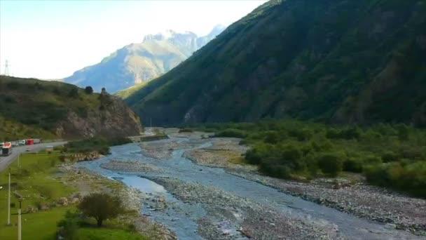 Drone felvételeket légifelvételek: Repülés alatt őszi hegyi falu erdők, mezők és napkelte lágy fény folyó. Kárpátok, Grúzia, Európa. Fenséges tájat. Szépség világ. 4k