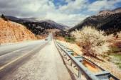 bella strada panoramica nelle montagne. Giri in macchina su superfici in asfalto
