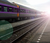 Photo Thai train arriving at station on sunlight background.