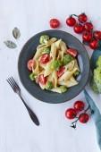 Tészta penne brokkoli a fehér fából készült asztal. Egészséges vegetáriánus ételek. Felülnézet. Másolja a hely