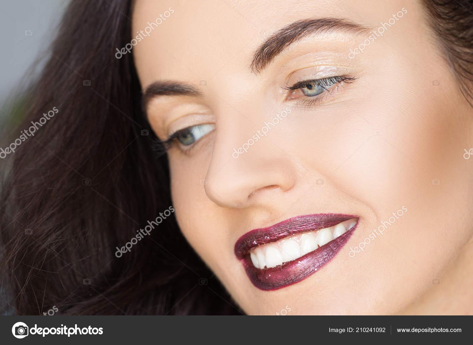Retrato Natural Uma Mulher Com Labios Limpeza Pele Vermelhos Unhas
