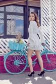 Fényképek Stílusos retro pin-up lány pöttyös ruha, retro kék kerékpár