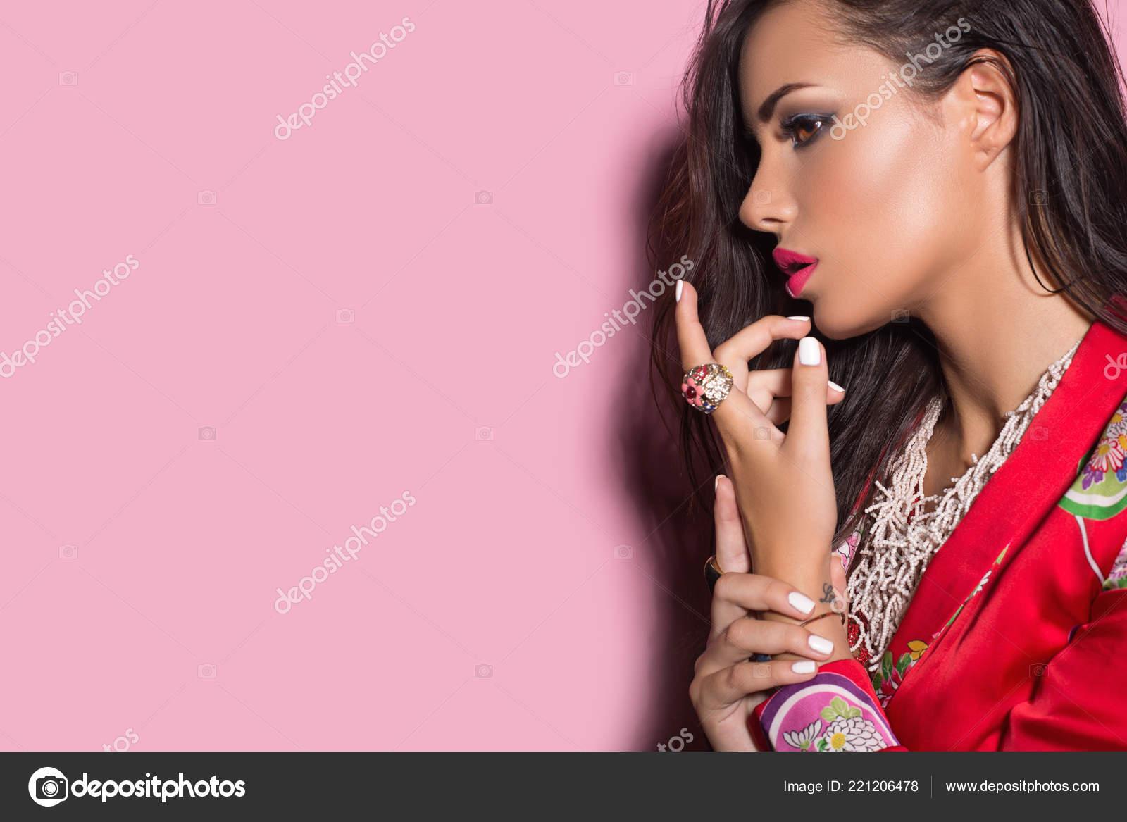 Красота Женщины Брюнетка Идеальный Макияж Носить Стильные Украшения  Аксессуары ... 33cf0f0a6a4