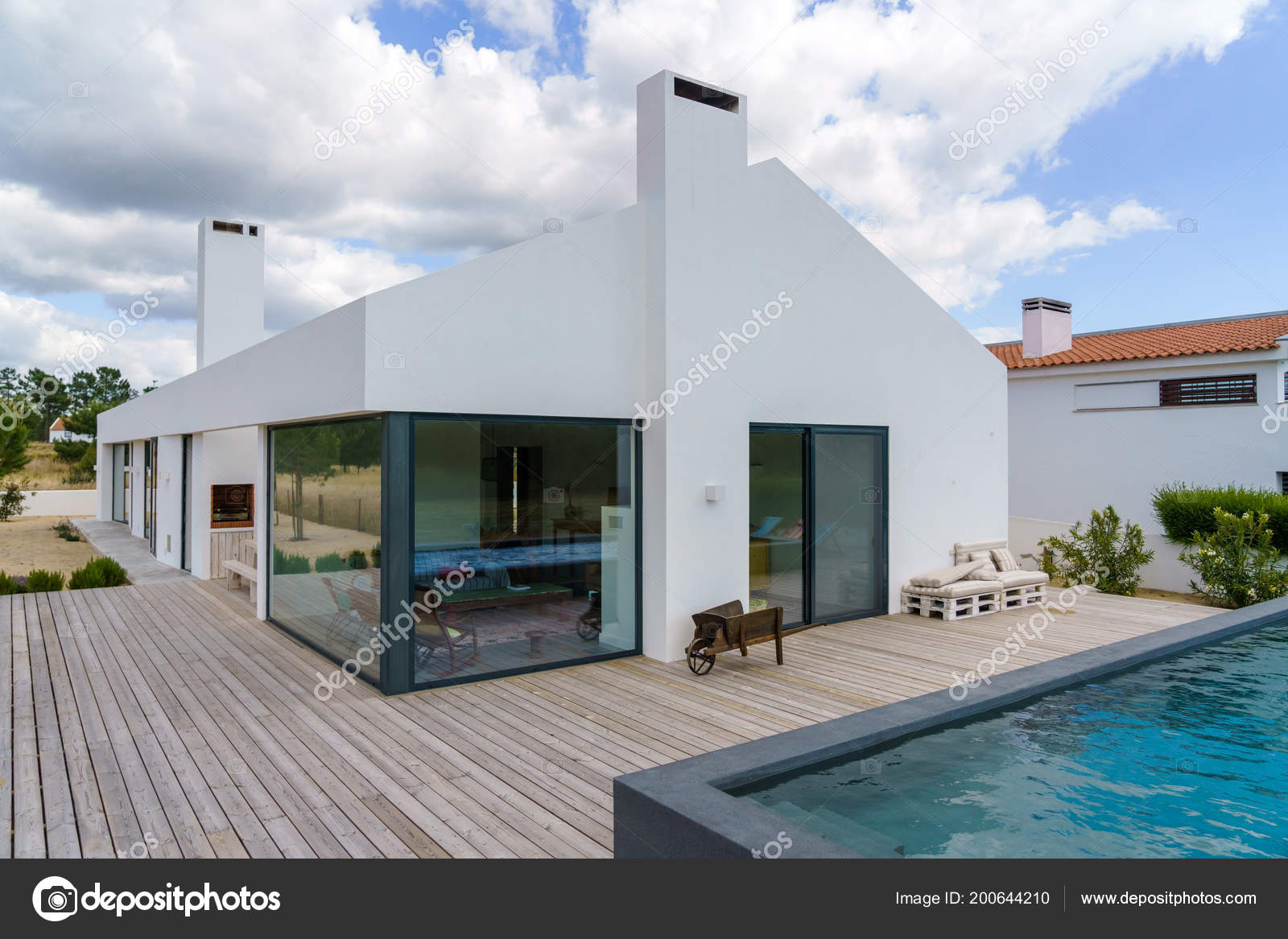 Piscine Avec Terrasse Bois modern house garden swimming pool wooden deck — stock photo