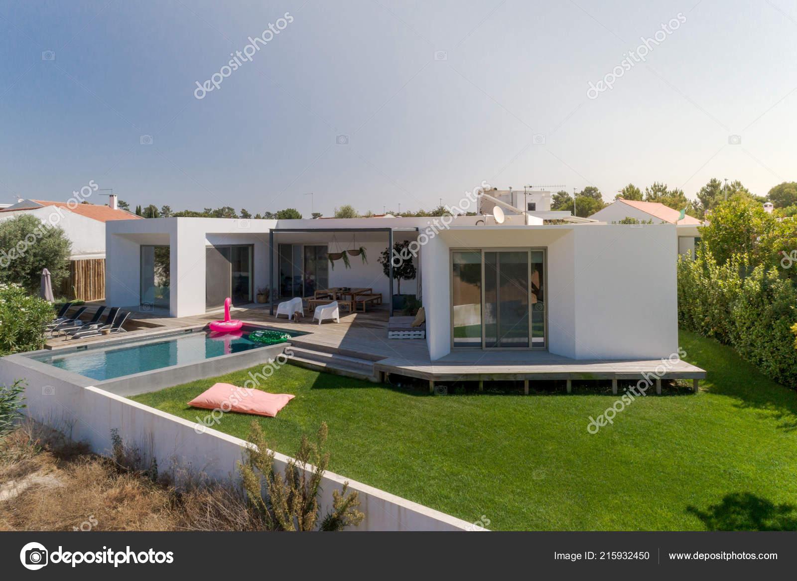 Vue Aérienne Maison Moderne Avec Jardin Piscine Terrasse Bois ...