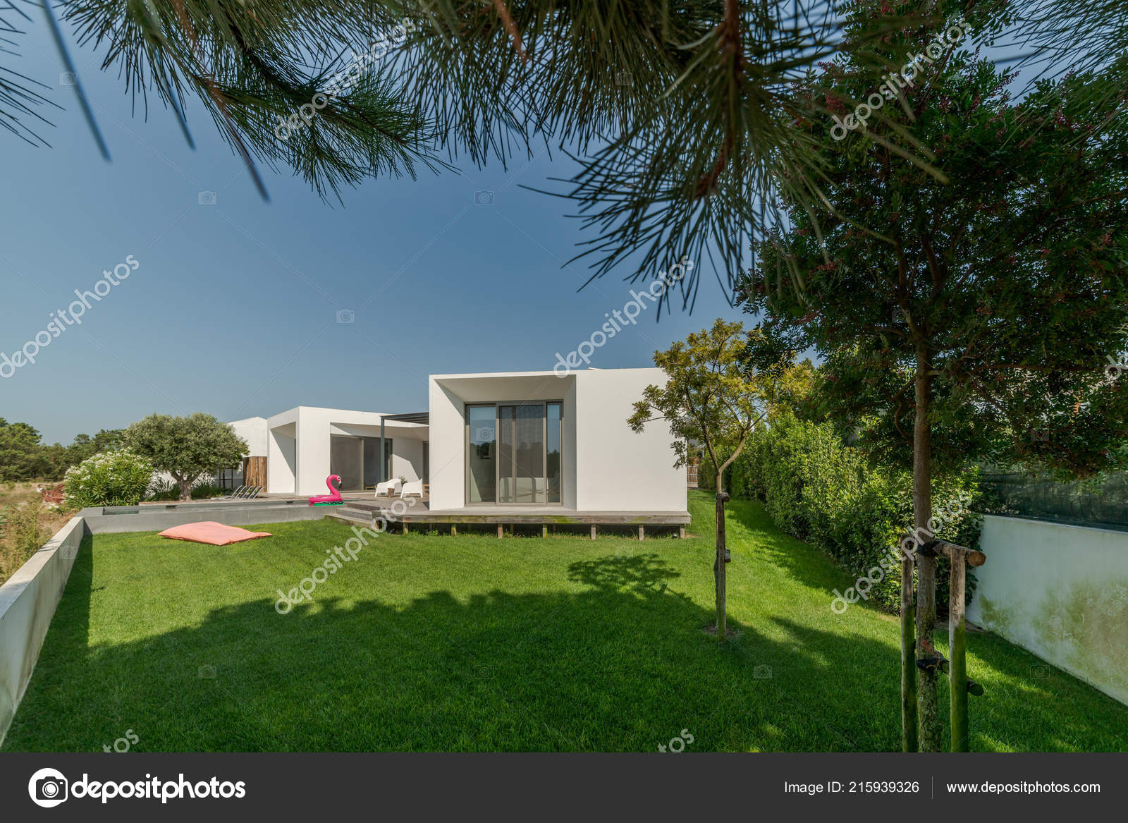 Maison Moderne Avec Jardin Piscine Terrasse Bois ...