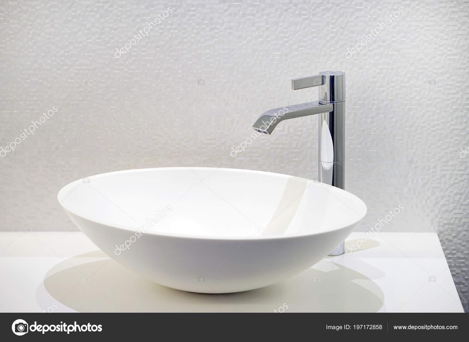 Lavandino del bagno interno con design moderno interno del bagno