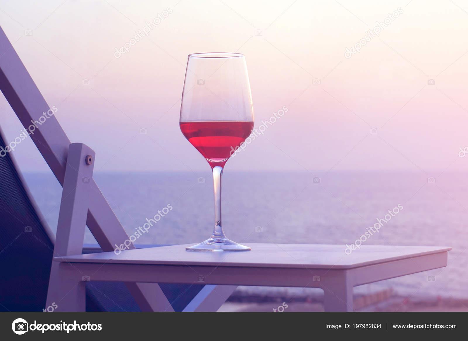 Ein Glas Rot Wein Stehen Auf Einem Tisch Der Nähe Stockfoto