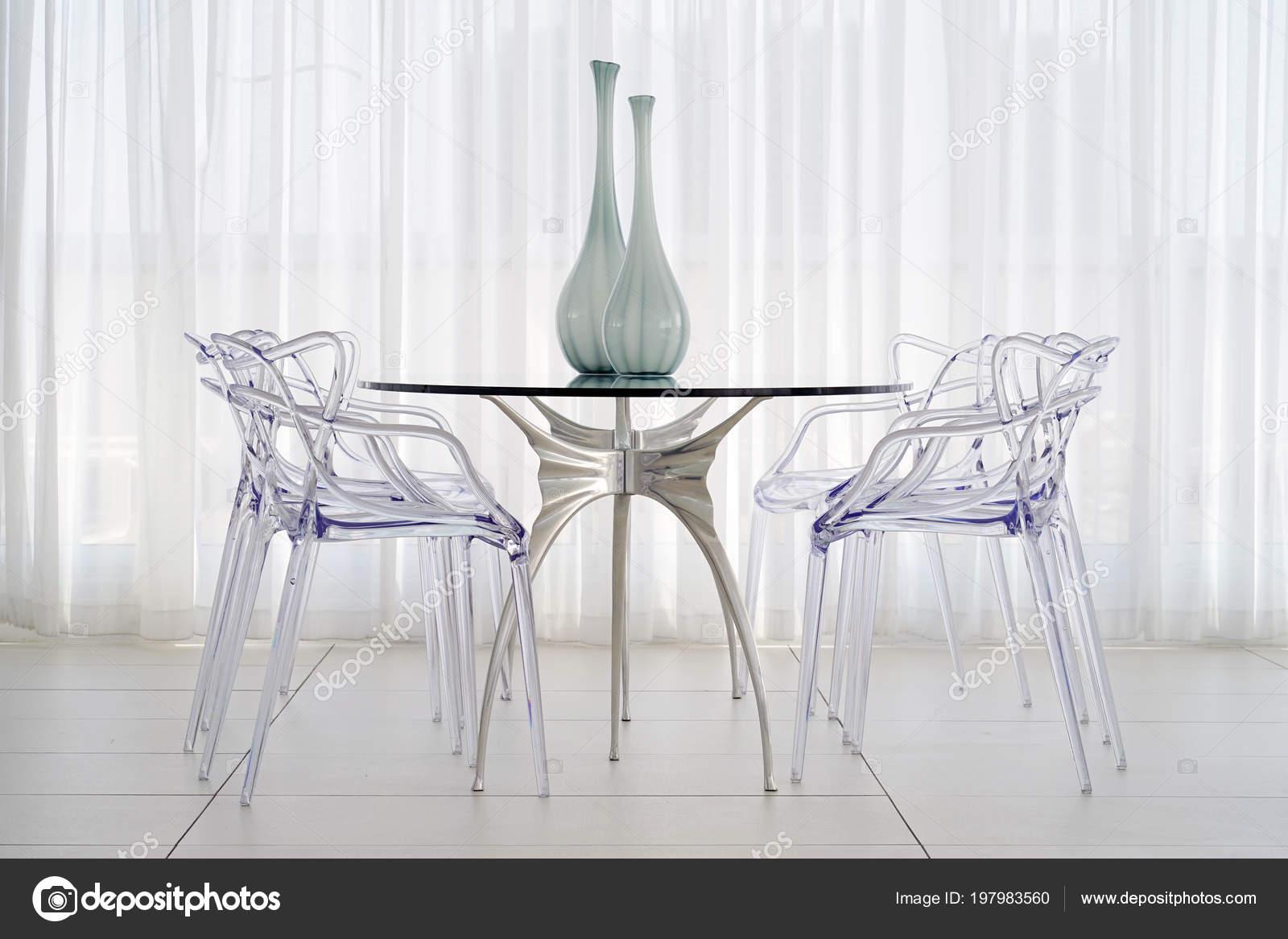 プラスチックの椅子 ホテルのリビング ルームのガラスの花瓶 大きな