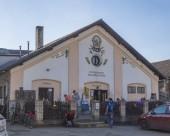 Beroun, Česko, 23. března 2019: stavba pivovarnické hospody s názvem Berounskij medvd ve Středočeském Čechách s relaxační lidmi