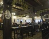 Beroun, Česko, 23. březen 2019: interiér staré rustikální pivovarnické hospody s názvem Berounskij medvd v centrálním Čechách s relaxační lidmi