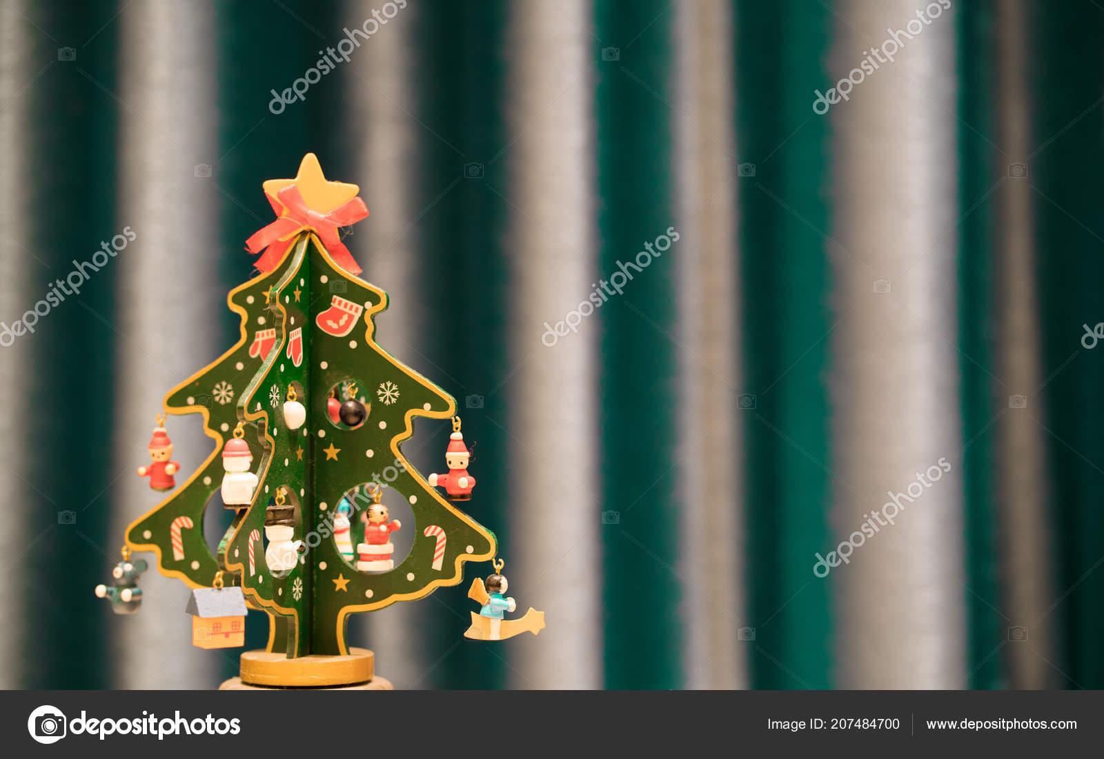 Arvore Natal Madeira Pintada Com Fundo Verde Espaco Copia Stock Photo C Keitma 207484700