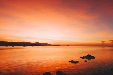 """Картина, постер, плакат, фотообои """"сияющий закатный пейзаж на черном море и горы над оранжевым небом с потрясающим солнцем на фоне спокойного моря. удивительный летний вид на закат на пляже. печать фото"""", артикул 201654696"""