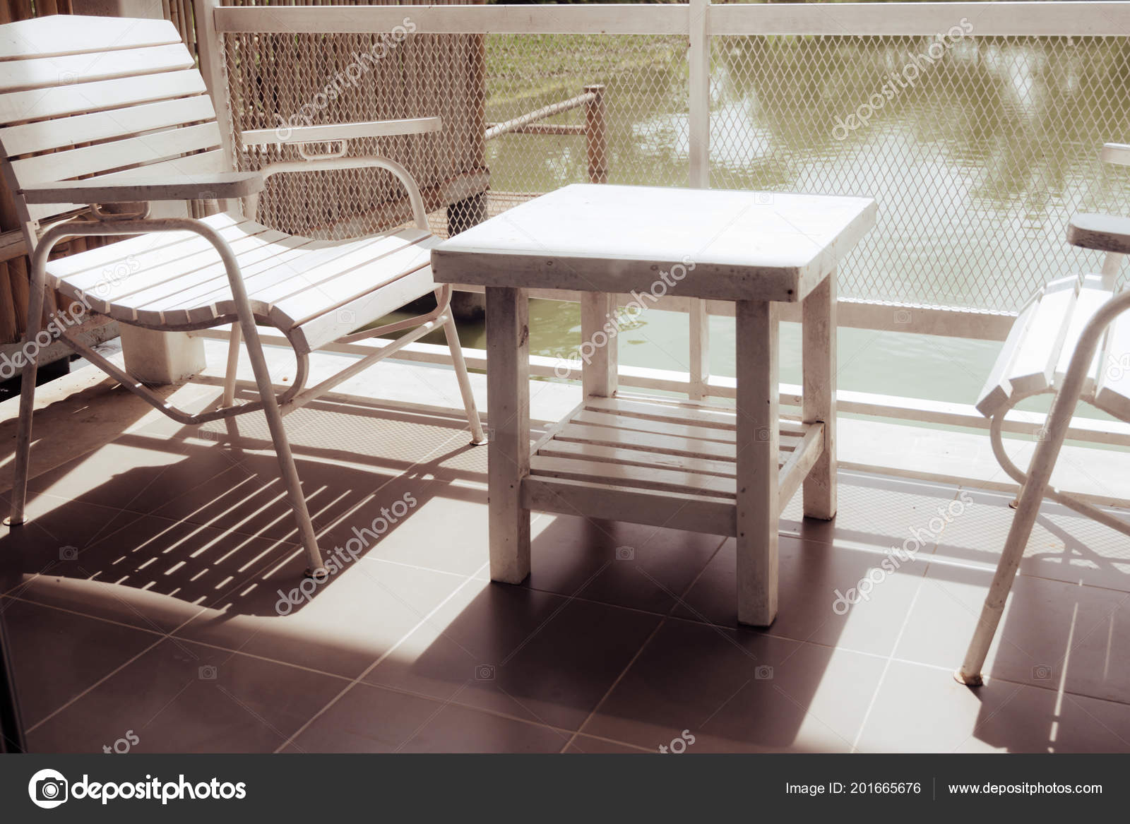 Tono Terraza : Sillas mesa madera blanca encuentran terraza casa lago vista con