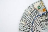 Detailní záběr ruky držící peníze 100 dolarové bankovky izolovaných na bílém pozadí. Rukou dávat peníze 100 dolarové bankovky ve finanční, peníze koncepce výměna a darování