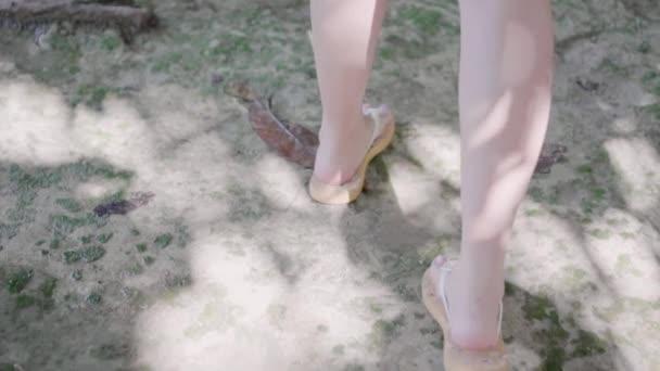 Oříznuté záběry ženy chůze po mokrém terénu