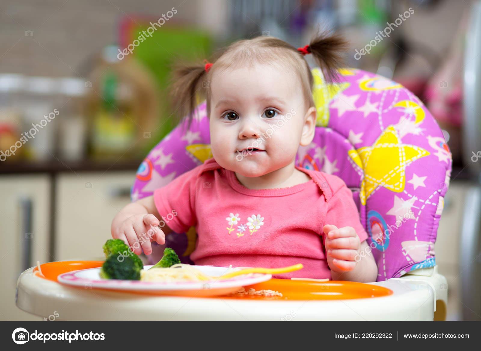 Baby Zitten Stoel.Meisje Van Baby Broccoli Eten Zitten Stoel Stockfoto C Oksun70
