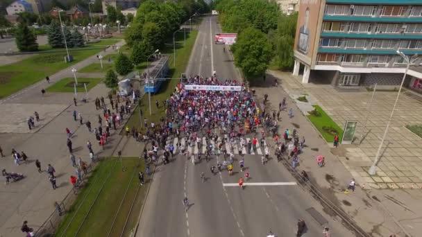Vinnycja, Ukrajina - 28. května 2018: Letecký pohled od dron na dav lidí, který začíná jejich útok na maratonu