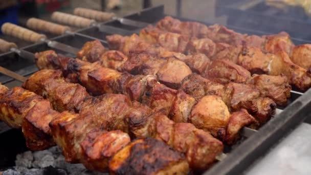 Kuchař kontroluje připravenost masa na grilu. Grilování masa grilování na dřevěném uhlí.