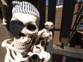 Photo A close up of skeleton at the entrance of pirate themed playground for kids.