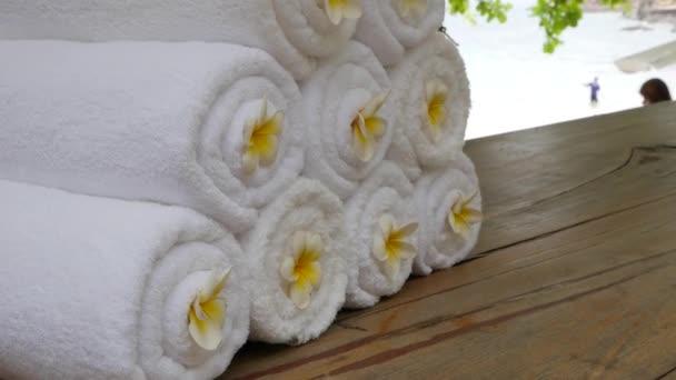 Sada bílých ručníků a květů Frangipani. Zen zahrada pro odpočinek rovnováhu a harmonii spiritualita nebo wellness.