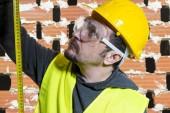 Inženýr to udělat sami, muž, oblečený v žluté tvůrce helmu s ochrannými brýlemi, které jsou připraveny k zahájení stavebních prací
