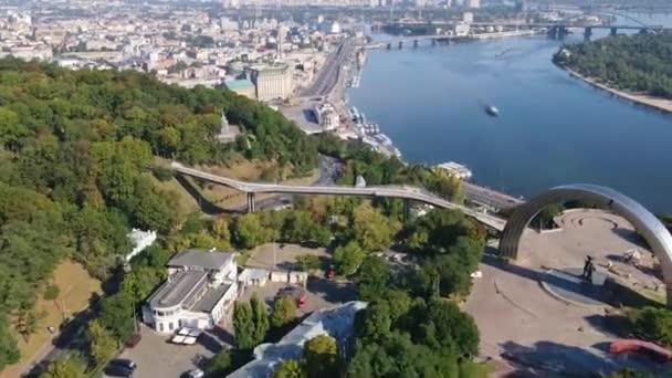 Aero Záběry Ukrajina Kyjev, timelapse řeka Dnipro, pěší most