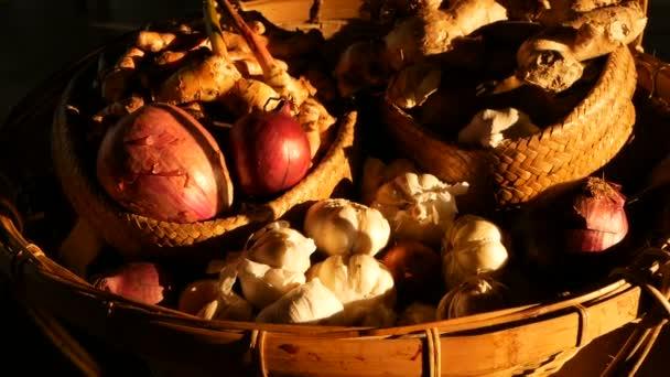 Bio zeleninový paleta v paprscích slunce. Vintage rustikální stále život ze šalotky, koření a česnek