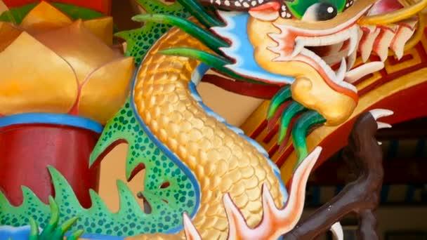 Vallási színes szobor sárkány. Kínai hagyományos stílusban díszített dísztárgy kegyhely