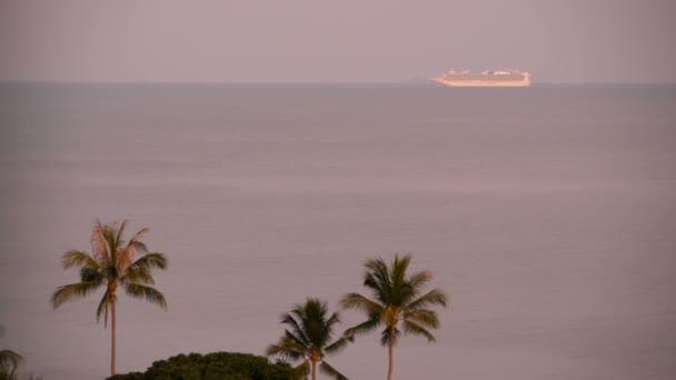 Plavba koncept letní dovolenou. Výletní loď daleko v moři nedaleko tropickém ostrově na východ slunce