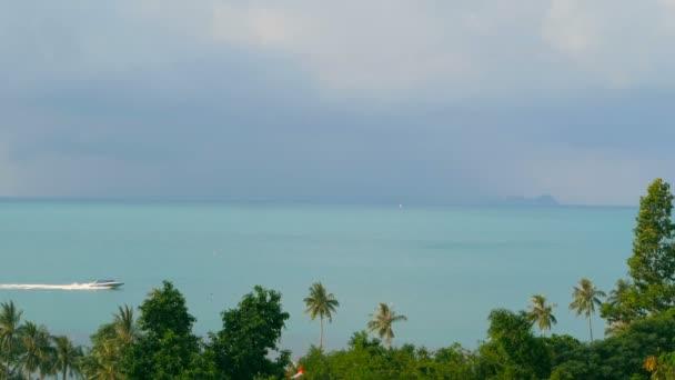 wunderschöne Meereslandschaft mit tropischem Küstenblick von oben. Motorboot überquert Ozean.