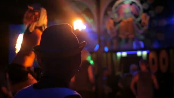 Phangan, Thajsko - 16. března 2018: Shiva Moon Goa Trance Party. Volně žijící kmenové ohňová show.