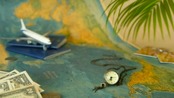 Idő-hoz utazik fogalom. Trópusi pihenés téma világtérkép, kék útlevelet és repülővel. Felkészülés holliday, utazás