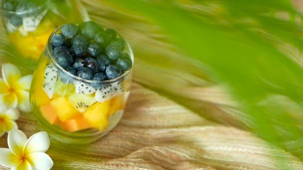 Barevné tropické mix salát v jar. Čerstvé různé druhy surového organického bobule a ovoce v míse. Zdravá Vegetariánská