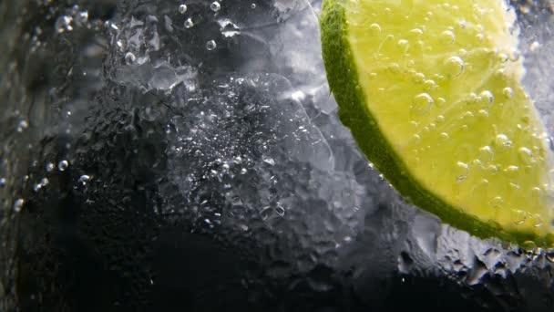 Detox nebo žízeň koncept. Zdravé a dietní výživy. Vychlazené limonády, vápno nápoj. Černé pozadí