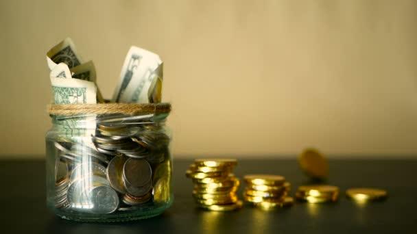Šetří peníze mince v jar. Symbol investování, udržet peníze koncept. Vybírání hotovosti bankovky v skleněných cín jako Pokladnička
