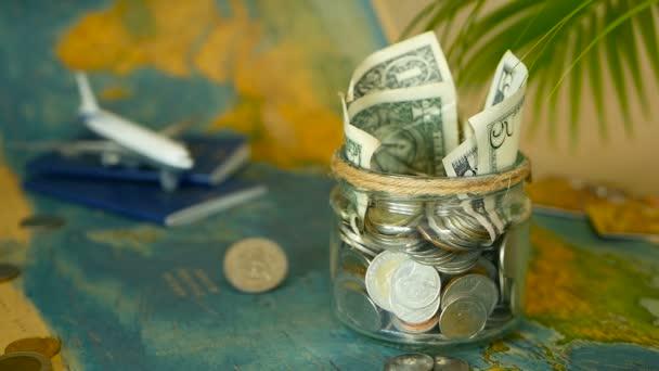 Utazási költségvetés koncepció. Megtakarított pénzt vonatkozó nyaralás üvegedénybe világ megjelenítése háttér