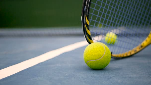 Zblízka tenis na kurtu. Sportovní, rekreační pojetí. Žlutá raketa s tenisový míč v pohybu na kurtu Modrý jíl zelený vedle bílá čára s kopií prostor a měkké zaměření.