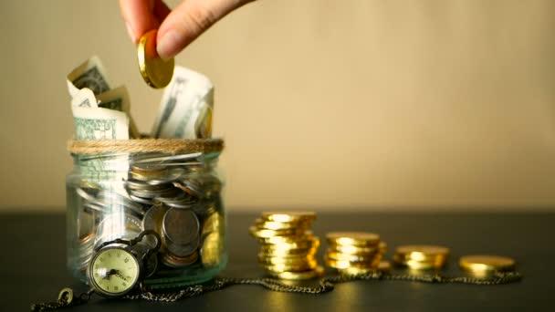 Mentés pénz érme jar. Szimbólum a befektetés, vezetése a pénz fogalmát. Gyűjtése készpénz bankjegyek üveg ón persely