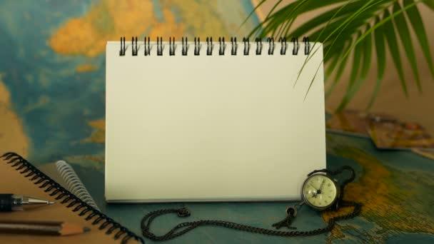 Idő-hoz utazik fogalom. Trópusi pihenés téma világtérkép és jegyzetfüzet. Utazás elemeket másol hely