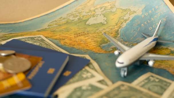 Idő-hoz utazik fogalom. Trópusi pihenés téma világtérkép, kék útlevelet és repülővel. Felkészülés holliday, utazás. Utazás elemeket másol hely. Észak-Amerikában a világtérképen. Idegenforgalom háttér