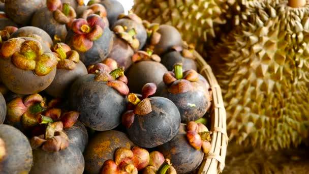 Smíšené sezóny tropické sladké šťavnaté ovoce, místní trh Thajsko. Velké Monthong Durian a mangostanu