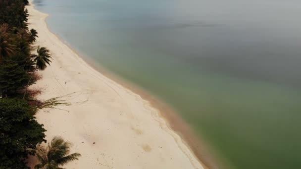 Légi elemzéséhez, trópusi, fehér homokos part, türkizkék víz. Top drone nézet egzotikus Thaiföld táj, a kókusz pálmafák találhatók, a tenger, vagy óceán partján. Nyaraló, üdülő és utazási koncepció
