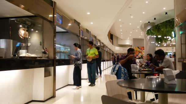 BANGKOK, THAILAND - 18. prosince 2018: Lidé jedí a jedí asijské thajské rychlé občerstvení v jídelně v kavárně v obchodním centru města