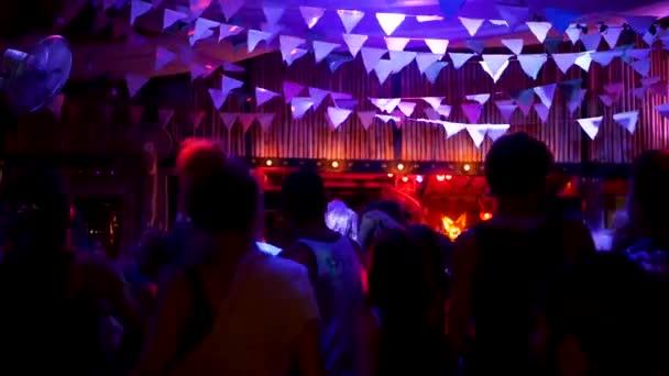 Koh Phangan, Thajsko-11. ledna 2019 techno party v tropech. Mladí lidé relaxovali a tancovali na techno párty mezi neonové světly v nočním klubu na exotickém letním ostrově.