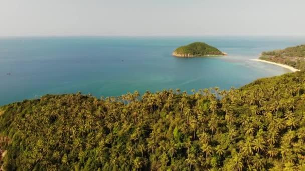 Légi drone nézet kis Koh Ma-sziget, Ko Phangan, Thaiföld. Egzotikus panorámás táj, Mae Haad beach, nyári napon. Homokos út között korallok. Élénk seascape, hegyi kókusz pálmák, felülről.