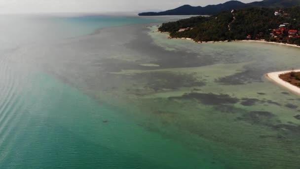Kék tenger közelében strandok a trópusi szigeten. Lélegzetelállító kilátás nyílik a nyugodt kék tenger közelében turista strandok a trópusi egzotikus paradicsom Ko Phangan-sziget. Thaiföld.