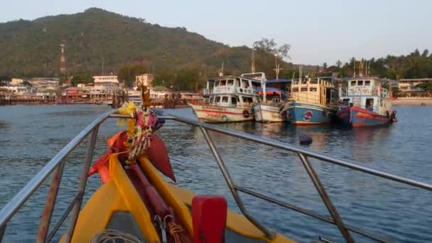 Barca luminosa con amuleti religiosi che galleggiano verso il porto di resort subacqueo sullisola di Ko Tao in Thailandia