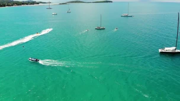 Moderní lodě se účastní závodu. Moderní jachty a motorové čluny, které se po slunečném dni účastní regaty v čistém modrém moři. Ráj na ostrově Koh Samui, Thajsko. Zobrazení Drone. Relaxační, sportovní a prázdninové pojetí.