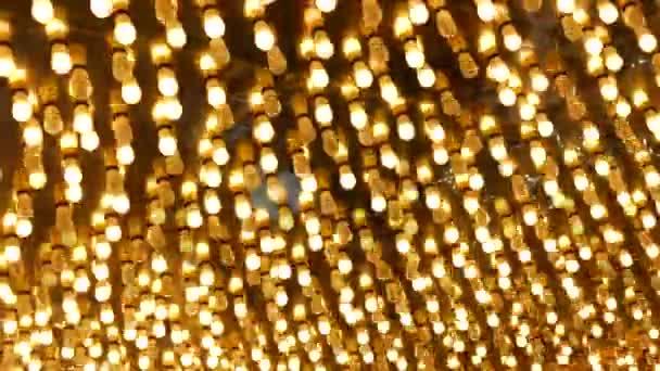 Alte Glühbirnen blinken und leuchten in der Nacht. Abstrakte Nahaufnahme der retro Casino Dekoration, die in Las Vegas, USA, schimmert. Beleuchtete Vintage-Glühbirnen glitzern auf der Freemont Street